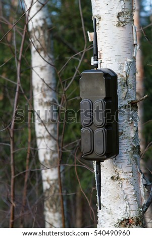 Electronic transceiver with antennas secured on tree