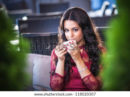 Elegant woman with a tea mug in cafe