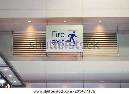 Emergency fire exit door signs & Emergency Fire Exit Door Signs Stock Photo (Royalty Free) 283477196 ...