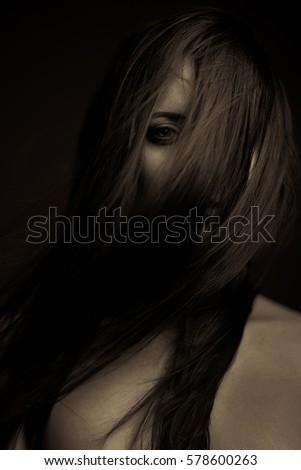 Biểu hiện cảm xúc cô gái tối mặt chân dung
