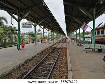 Empty and space of the Chachoengsao train station platform.
