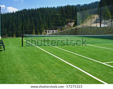 empty tennis field in the mountains