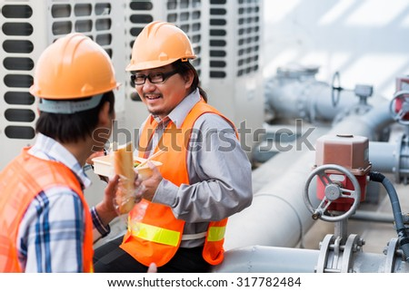 Engineers talking and eating lunch when sitting at the control valve