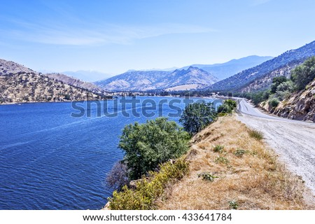 Enjoy blue skies & water at Lake Kaweah Marina, patio boats, fishing boats, and paddle boards are available for rent. Lake Kaweah is a small town which sits at the entrance to Sequoia National Park - stock photo