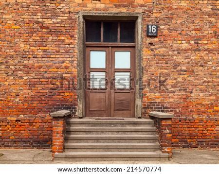 входные дверь кирпич