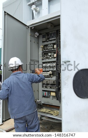 Examination and measurement of high voltage power lines in the fuseboard