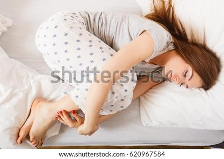 Fetal Position Bed woman fetal position banque d'images, d'images et d'images