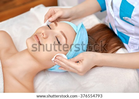 face cleaning in the beauty salon