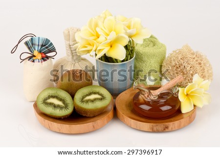 Face mask with Kiwi and honey for whitening skin.