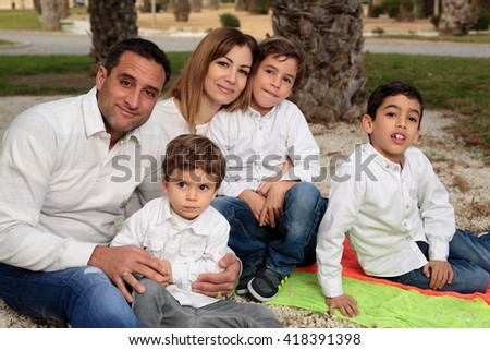 Family in a park in Elche dressed in white