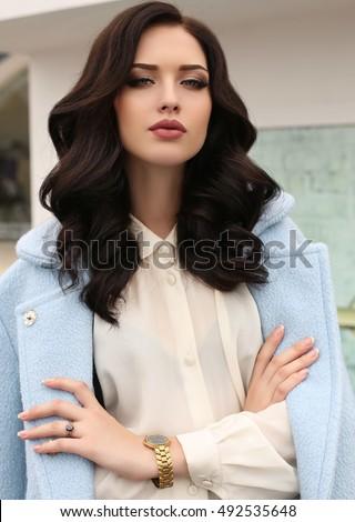 thời trang ảnh ngoài trời của người phụ nữ gợi cảm tuyệt đẹp với mái tóc đen trong trang phục thanh lịch và áo sang trọng, đi bộ do thành phố mùa thu