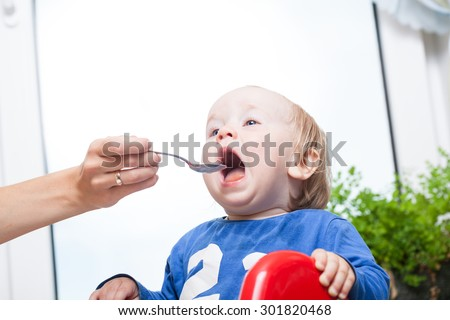 how to get baby to open mouth for spoon