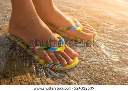 Ebenholzfüße in Flip-Flops