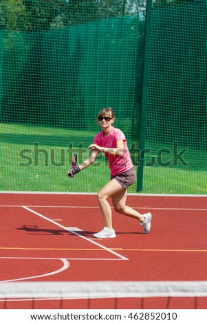 Female tennis player preparing to hit a forehand