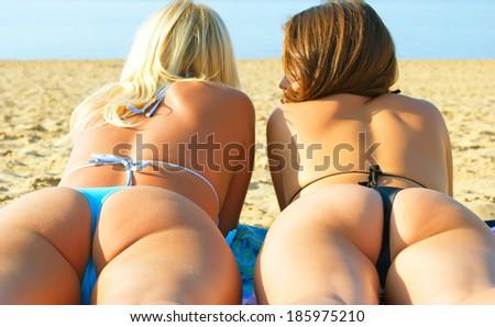 голые тетки в стрингах фото бесплатно