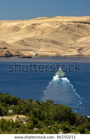 Ferry from the green Prizna port towards the island - stock photo