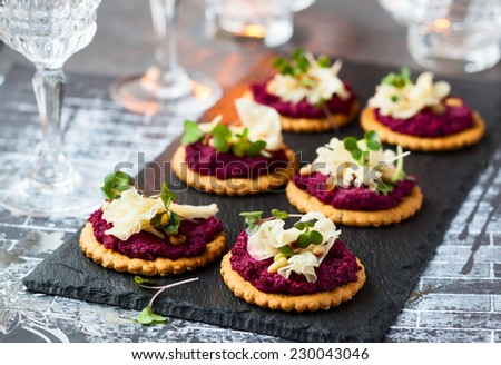 Festive appetizer: crackers with beet pesto and cheese