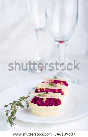 Festive appetizer: Delicious tartlets with a salad of beets and cheese