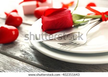 lập bảng Festive cho ngày Valentine trên nền gỗ