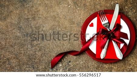 lập bảng lễ hội cho Ngày Valentine vàng cưới bằng nĩa, dao và trái tim trên một chiếc bàn gỗ đen tối.  Khung cảnh nhìn từ đỉnh.