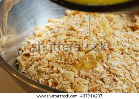 fill the butter to mix with cracker crust : preparation of dessert