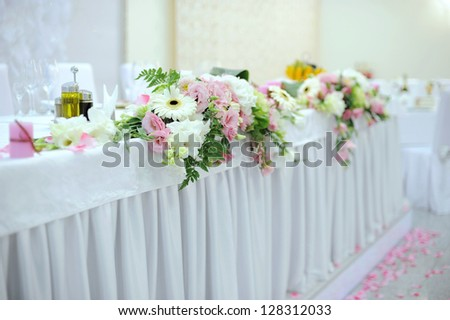 floral decoration of main wedding table