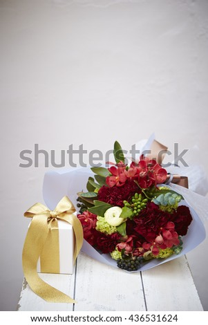 Flower bouquet with gift box