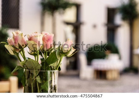 flowers/courtyard setting/bouquet