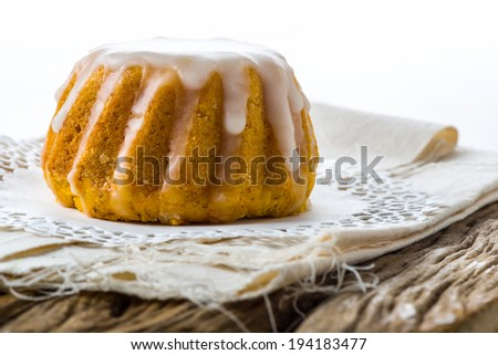 Fluffed flower cake glazed with honey and vanilla