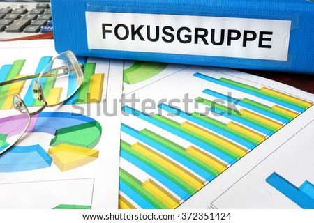 Folder with label Fokusgruppe  (in German) on a charts.