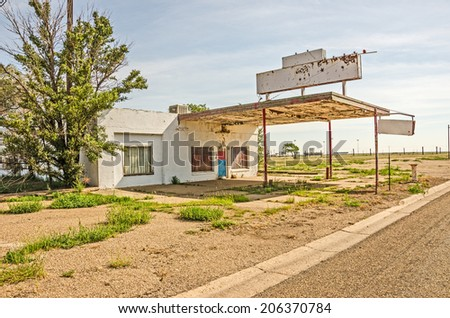 Former gas station and automotive repair shop on Route 66 in Texas - stock photo