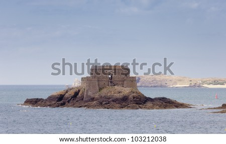 Fort on tidal island Petit Be in Saint-Malo - Saint-Malo, Brittany, France - The fort was built in 17th century and was part of the defense belt designed by Vauban to protect the city of Saint-Malo. - stock photo