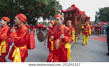 FOSHAN-Feb 14:Traditional ceremony held at the collective wedding ceremony held at the flower market, there are 12 couples, bridge and dragon took part in the parade Feb 14, 2014 in Foshan, China