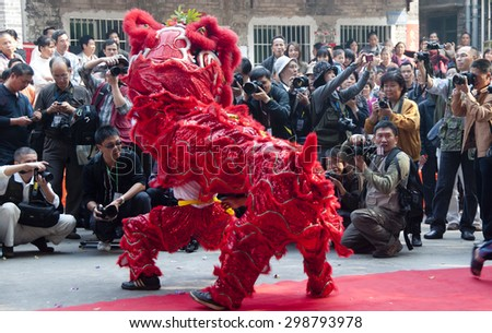 FOSHAN-Nov 26:The battle of pond village celebrate the 600th anniversary of Jian Village activities, a lion dance and the big Buddha, attracts many photographers shoot Nov 26, 2010 in Foshan, China - stock photo