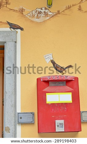 Fresco of a male blackbird on a real post box with a message for a female blackbird.