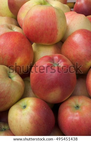 Fresh apples that are organically produced