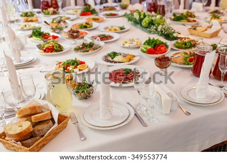 Fresh bread in basket on banquet Table served in restaurant with tasty meals.