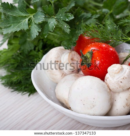 Fresh mushrooms and tomatoes