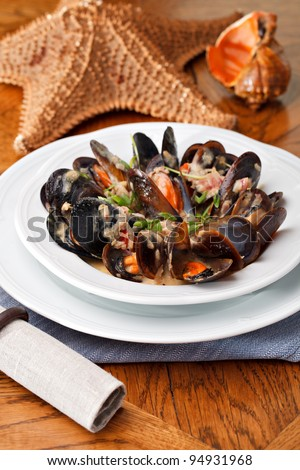 Fresh mussels in white wine sauce, with garlic, onion