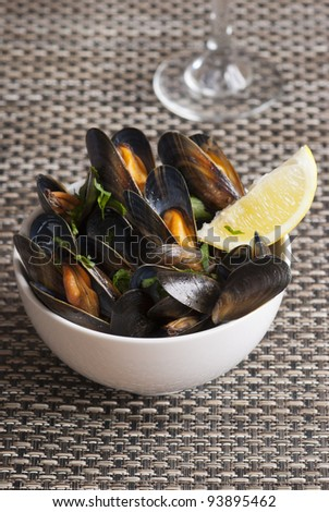 Fresh mussels with herbs in white wine sauce