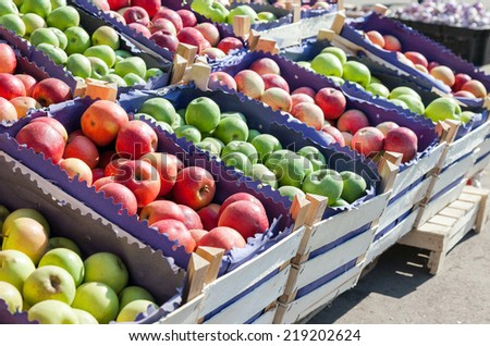 Fresh red and green apples for sale at the farmers market