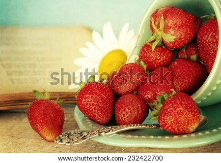 fresh strawberries with daisy