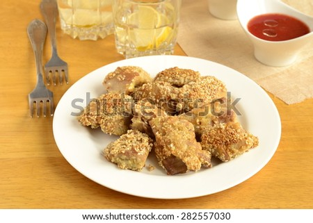 Fried chicken in sesame with tomato sauce