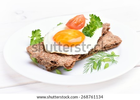 Fried egg on crispbread, close up view