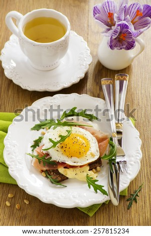 Fried eggs on toast with prosciutto.