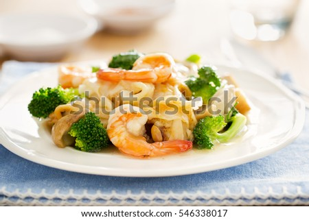 fried noodle with shrimp,broccoli,mushroom in gravy,thai food