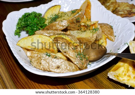 Fried potato wedges with dill.
