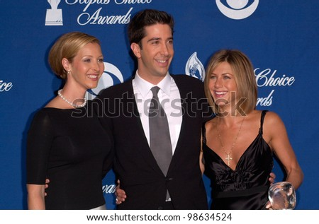 Friends stars LISA KUDROW (left), DAVID SCHWIMMER & JENNIFER ANISTON at the 27th Annual People's Choice Awards in Pasadena, California. 07JAN01.   Paul Smith/Featureflash - stock photo