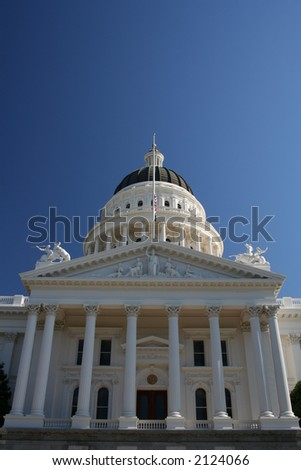front facade of California state capitol biulding in Sacramento