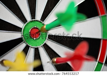 game throwing darts at the target